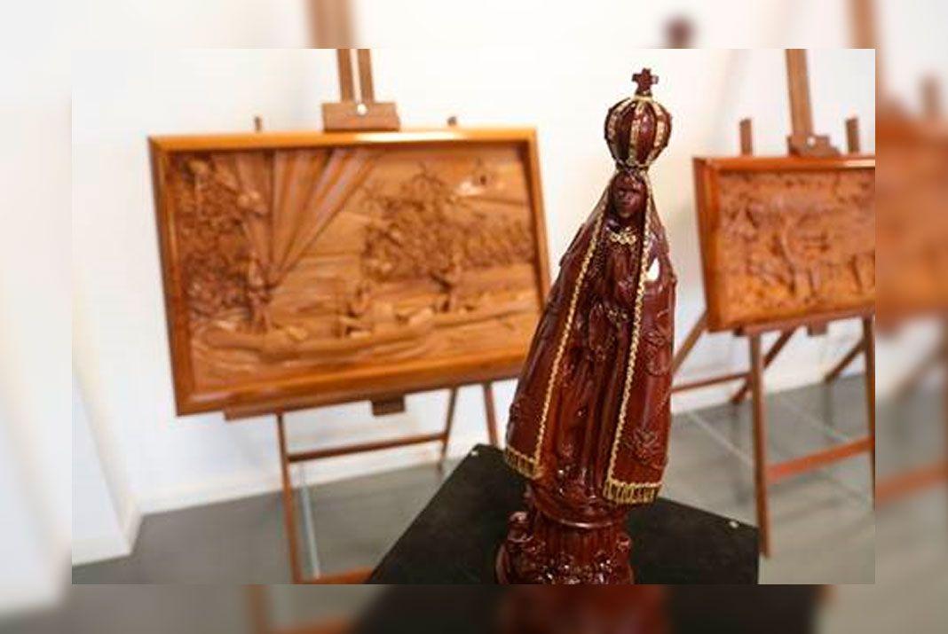 Exposição em peças de madeira retrata devoção à Nossa Senhora Aparecida